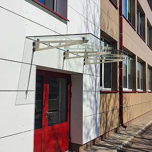 stikla jumts uz konsolēm