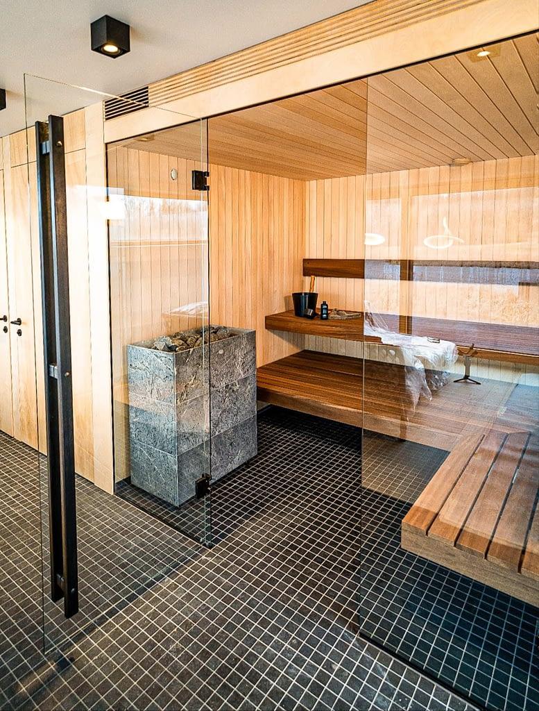 Saunas stikla sienas durvis