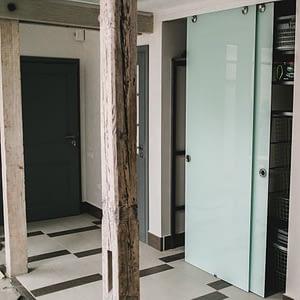 stikla durvis; skapis; stikla skapis; bidamas durvis; stikla starpsienas